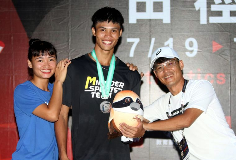 明德高中黃漢(中)的發展性,教練張勝煇(右)和學姐陳彩娟都很看好。資料照片 林嘉欣/攝影。