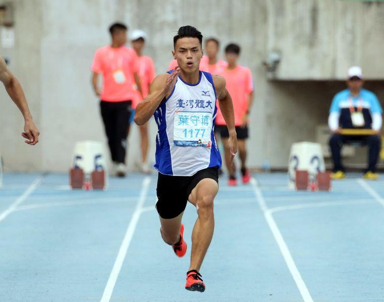 台灣體大葉守博勇奪公開男100公尺金牌。林嘉欣/攝影。