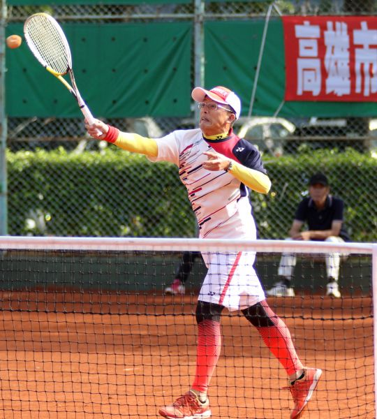 全國「東昇盃」軟式網球賽壯年組拼戰激烈。高市軟式軟球委員會提供