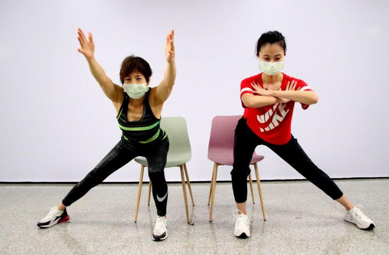 高雄科技大學巡迴運動指導團呂明秀(左)/陳秀惠老師上陣指導「樂齡健康」課程。高雄運發局提供