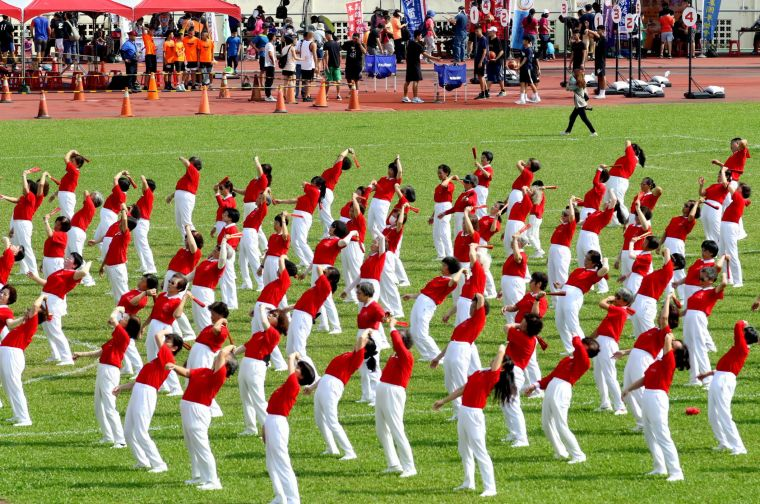 高雄市全民運動嘉年華在元極舞開場表演揭開序幕。高雄市政府運動發展局提供