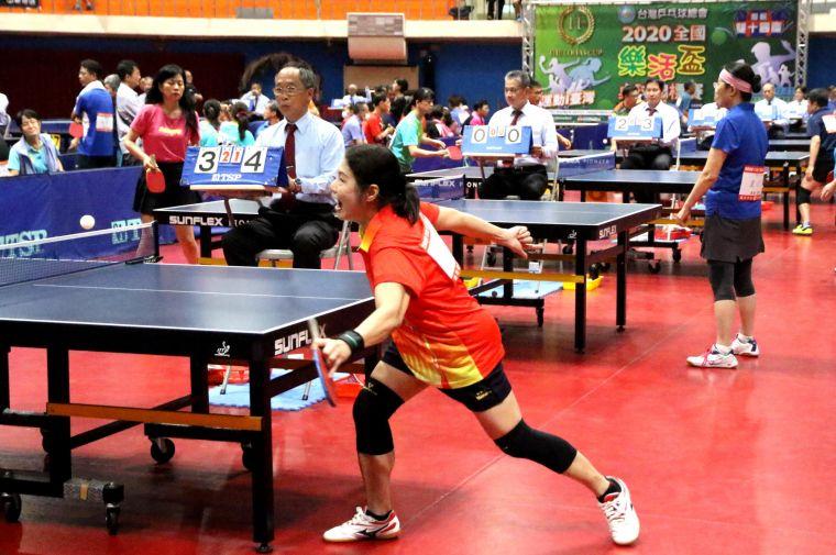 2020全國樂活盃桌球錦標賽,千餘名各縣市桌球好手,在高雄市五甲國小體育館的激烈競拍。高雄市政府運動發展局提供