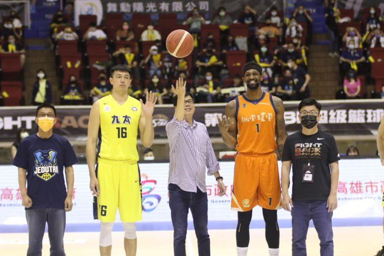 高雄市長陳其邁(中)主持開球,籃協理事長謝典林(右1)、立委許智傑(左1)陪同。運動發展局提供