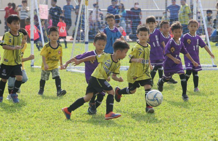 高雄市全民運動嘉年華幼兒足球競賽,小朋友卯勁競踢。 高雄市政府運動發展局提供