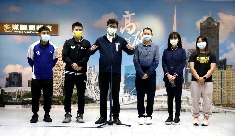 高雄市長陳其邁(左三)感謝中華奧運代表隊高雄健兒,射擊吳佳穎(右二)、羽球戴資穎(右三)、舉重江念欣(右一)、舉重高展宏(左一)、桌球莊智淵(左二)。高雄市運發局提供