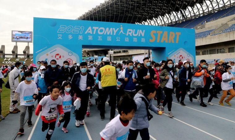 2021第五屆艾多美公益路跑ATOMY RUN!」在高雄市高雄國家體育場熱情展開。高市運動發展局提供
