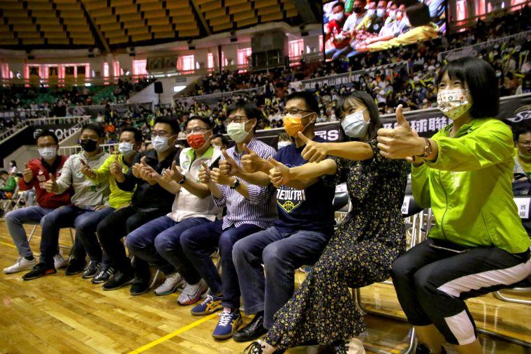 高雄市長陳其邁、立委許智傑與多位到場市議員共同為SBL出賽球隊加油。運動發展局提供