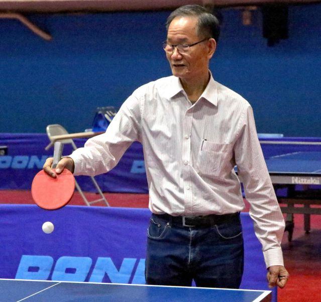 大會會長鉅明公司董事長林進能主持開球儀式。高雄市體育總會桌球委員會提供