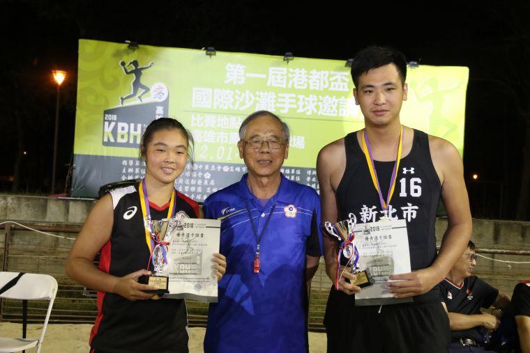 全國手球協會理事長官賢明(中)分贈獲大會男、女最佳明星球員的中華台北兩位門將許智坤、沈筠庭。