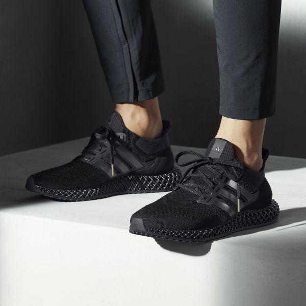 巔峰神作adidas ULTRA4D Triple Black極殺黑魂高調現身,UltraBOOST純黑鞋身完美加乘4D科技中底,10月10日引爆潮流圈。官方提供