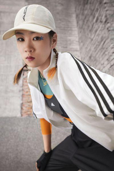 adidas.Future Icons女款系列採用白色、黑色、搶眼亮橘色等潮流指標色,以創新碰撞經典,展現年輕世代的鮮明風格。官方提供