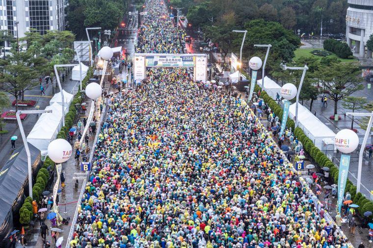 2020臺北馬拉松今天盛大開跑,共2萬8千名跑者一起勇感呼吸。大會提供