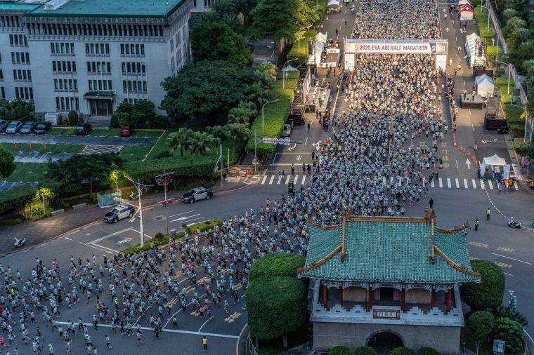 2020長榮航空城市觀光馬拉松逾兩萬名跑者今天在總統府前盛大開跑。大會提供