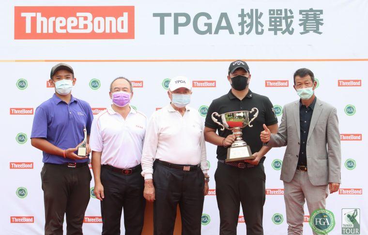 2021 ThreeBond TPGA 挑戰賽職業冠軍林耕緯(右二).業餘冠軍張簡克諺(左)和大崗山球場董事長卓忠吉(右三)及總經理卓建宏(左二)合影 。TPGA提供