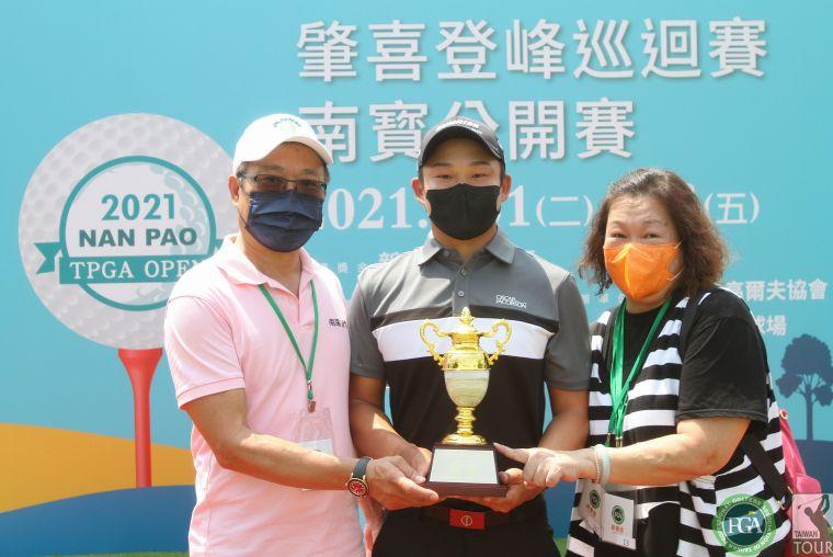2021肇喜登峰巡迴賽南寶公開賽李玠柏奪冠和爸爸媽媽一起分享榮耀。鍾豐榮攝影