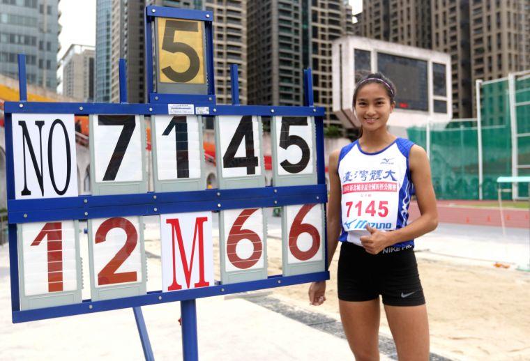 台灣體大林佳祐以12公尺66在城市盃公開女三級跳遠破大會奪金。林嘉欣/攝影。