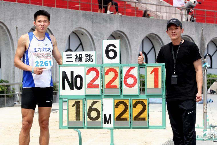 李允辰以16.22破高懸5年的大會紀錄,達標2022亞運並躍居歷年第四傑後,開心和教練蔡易達共享榮耀。林嘉欣/攝影。