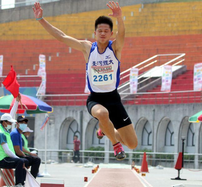 李允辰以16.22破高懸5年的大會紀錄,達標2022亞運並躍居歷年第四傑。林嘉欣/攝影。