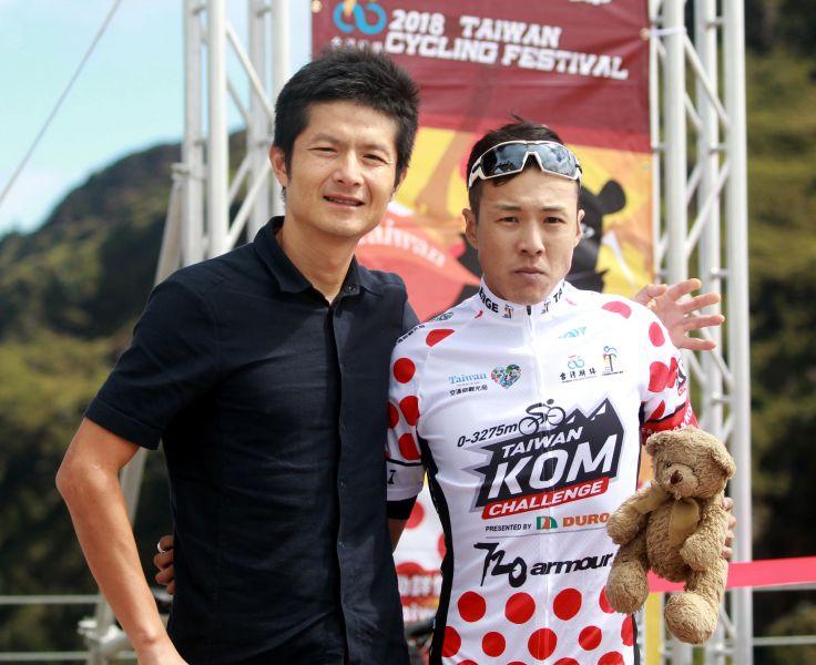 范永奕和香港楊英瀚英雄惜英雄。此行楊英瀚(右)帶著兩週前過世妹妹心愛的小熊玩偶騎完2018臺灣自行車登山王挑戰。中華民國自行車騎士協會/提供。