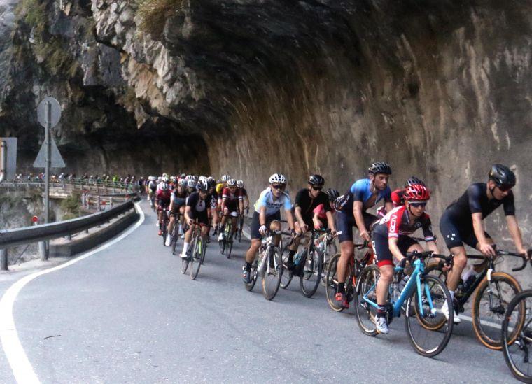 2018臺灣自行車登山王挑戰,選手行經燕子口 。中華民國自行車騎士協會/提供。