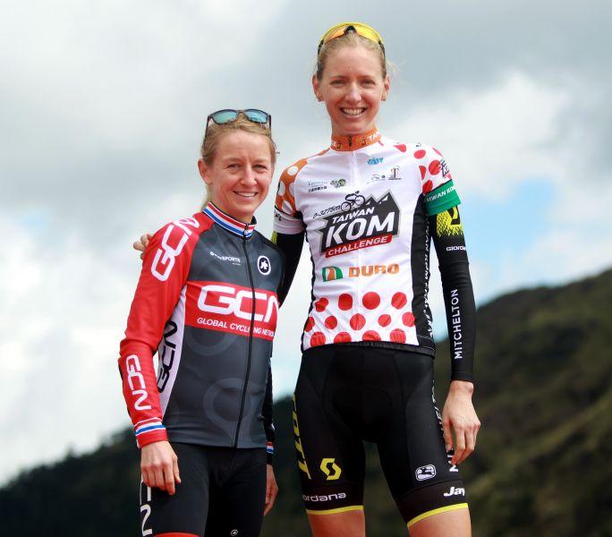 女子組冠軍澳洲露西.甘迺迪(右)和亞軍英國艾瑪.普莉的最萌身高差。中華民國自行車騎士協會/提供。