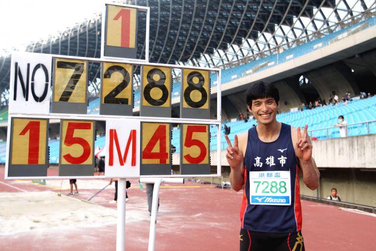 公開男子組三級跳遠決賽,高雄市代表隊李奎龍以15公尺45破大會。林嘉欣/攝影。