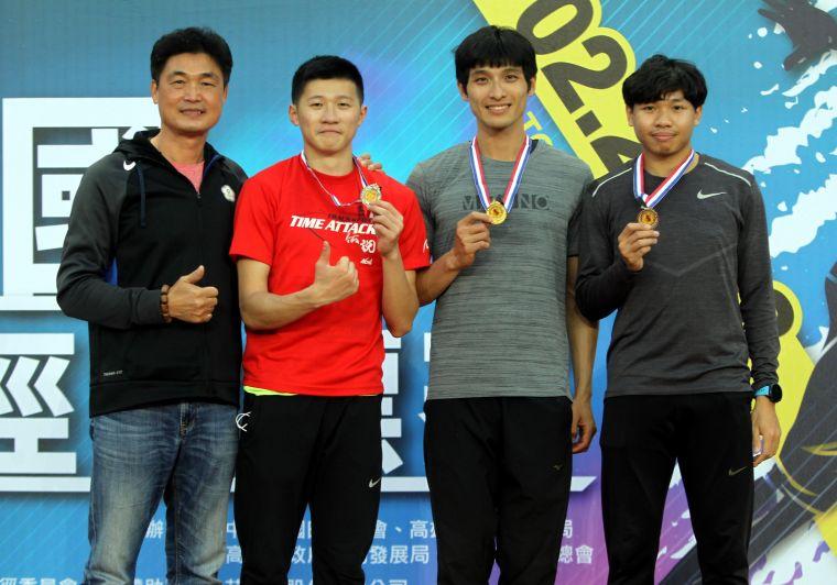 公開男子組三級跳遠決賽,高雄市代表隊李奎龍(右二)以15公尺45破大會。林嘉欣/攝影。