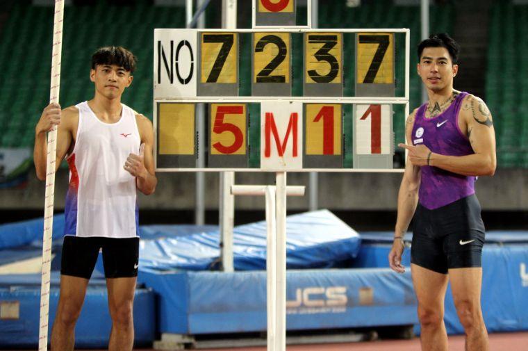 港都盃田徑賽公開男子組撐竿跳高決賽,高師大黃湧富(左)和謝佳翰同以5公尺11破大會。林嘉欣/攝影。