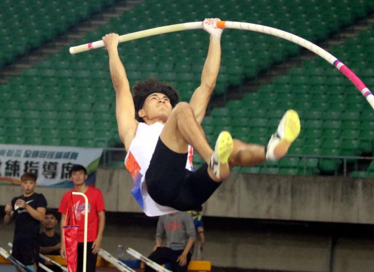 港都盃田徑賽公開男子組撐竿跳高決賽,高師大黃湧富5公尺11破大會躍歷年第九傑。林嘉欣/攝影。