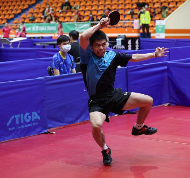 40歲的「桌球教父」莊智淵逆轉小林同學率高雄市男團奪冠。李天助攝