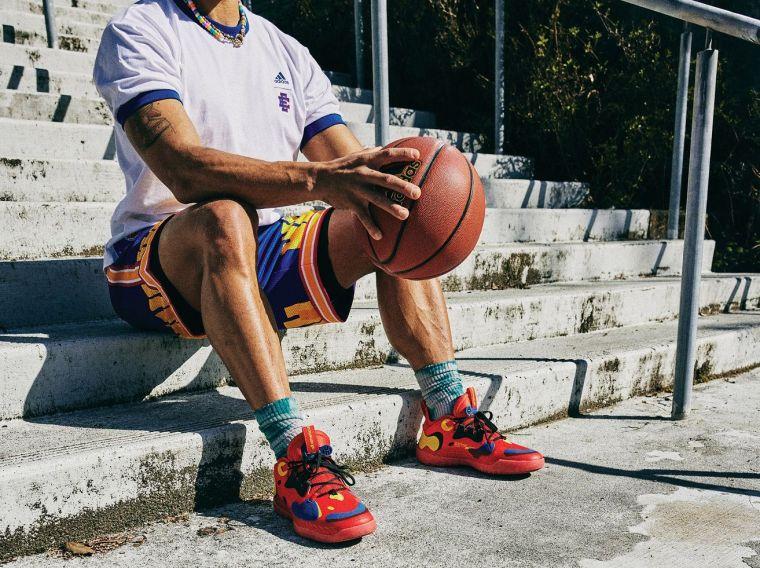 adidas Harden Vol.5 McDAAG以麥當勞鮮豔的紅色貫穿鞋身及鞋底,鞋面則以黃、黑、藍色塊相互襯托,細節注入麥當勞的標誌意象。官方提供