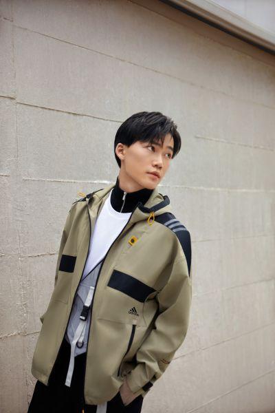 adidas Outer Jacket男款連帽風衣外套,採用俐落硬挺的剪裁,肩膀、胸口與帽緣處,以黑色與橄欖綠拼接撞色,簡約卻不單調。官方提供