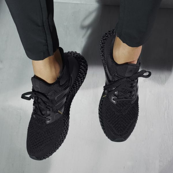 adidas ULTRA4D Triple Black將極殺黑魂魅力完美注入4D尖端科技中底及UltraBOOST鞋身,風格外型一秒呈現個性態度。官方提供