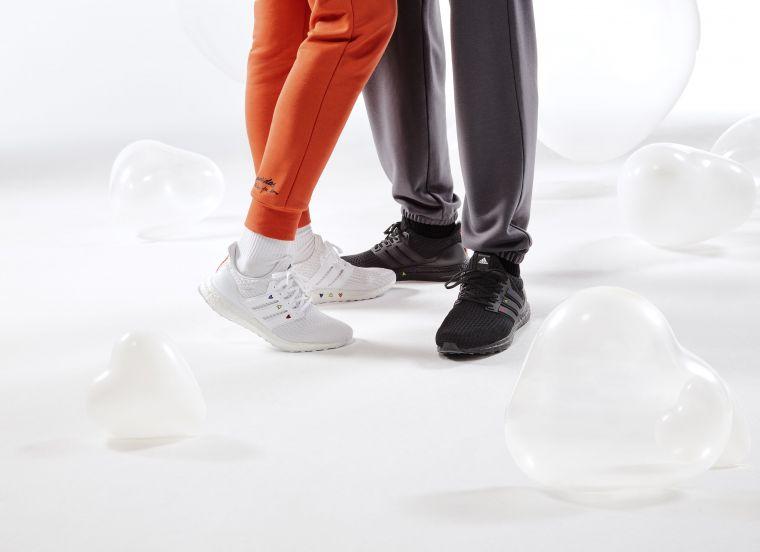 adidas Ultraboost DNA情人節限定跑鞋則適合想要帥氣極簡風格的情侶檔,低調打造個性Couple Look。官方提供