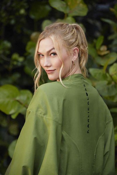 adidas x Karlie Kloss 2021秋冬聯名系列短版風衣外套,微立領設計修飾頸部線條,落肩飛鼠袖剪裁,瞬間修飾上半身線條,展現個性時尚魅力。官方提供