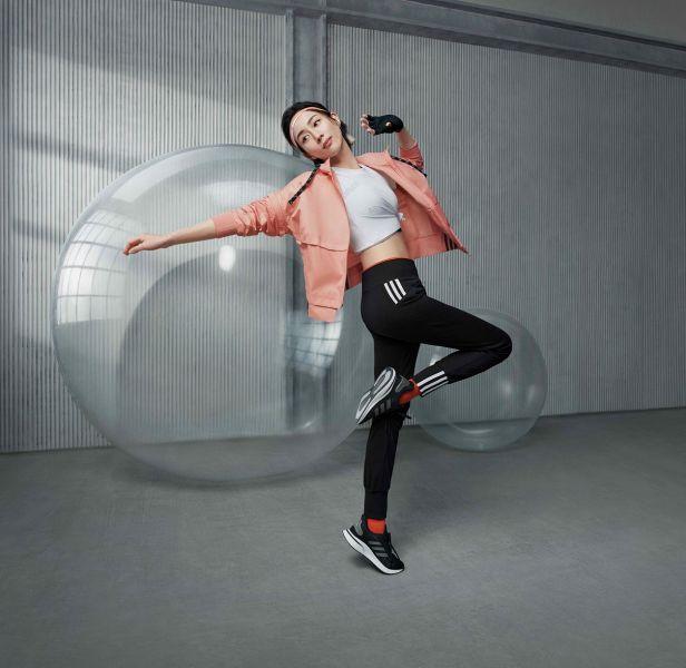 2. adidas女子運動系列打造兼具簡約時尚與個性的機能運動服飾,鼓勵女性運動愛好者展現自信優美體態,綻放個人精采時刻。官方提供