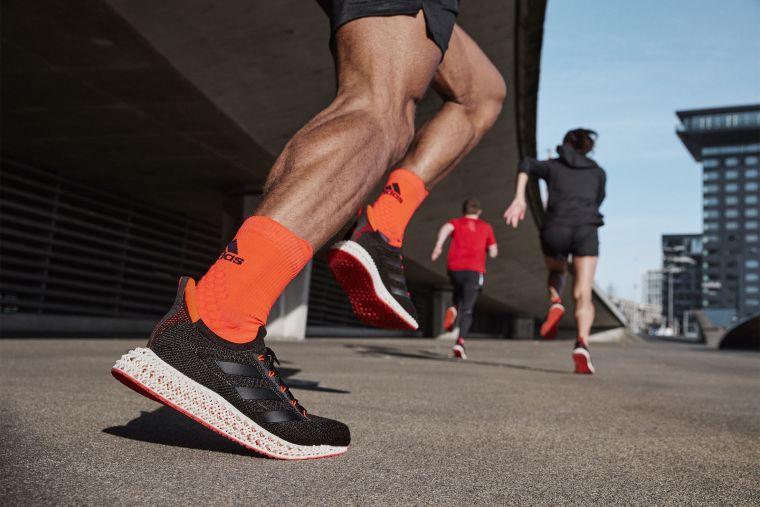 adidas新一代「4DFWD科技中底」全面進化,可將跑者著地時的垂直衝擊力,轉換成向前的推進動力,進而提升跑速。官方提供