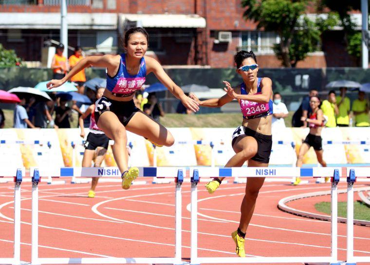 麥寮高中楊睿萱和林美秀在全國中等學校田徑錦標賽400公尺跨欄金包銀。資料照片 林嘉欣/攝影。
