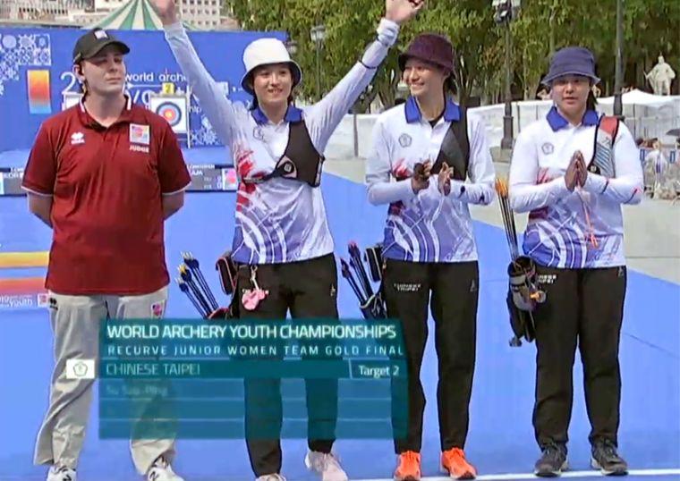 中華青女反曲弓隊勇奪世青射箭賽銀牌。截取自直播畫面。