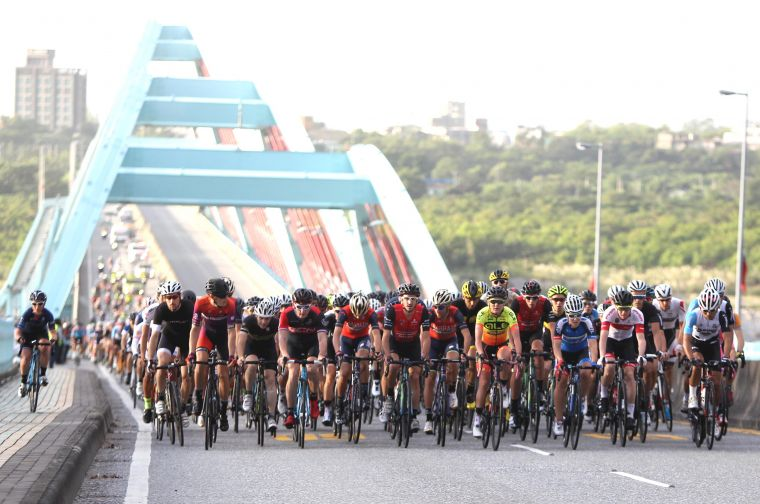 去年臺灣自行車登山王挑戰車手行經太魯閣大橋的壯觀畫面。DURO華豐輪胎/提供。
