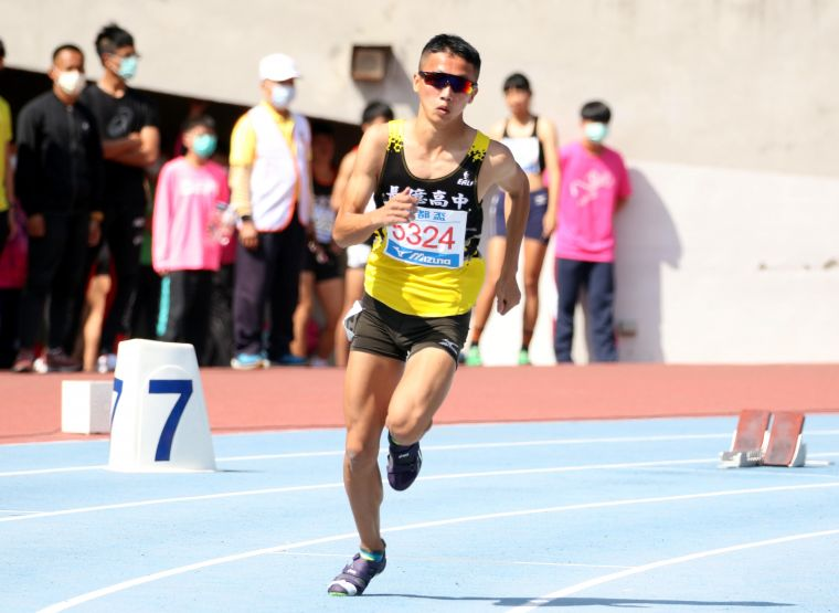 上長億高中才練田徑的宋程宇以48.82勇奪高男400公尺銅牌。林嘉欣/攝影。