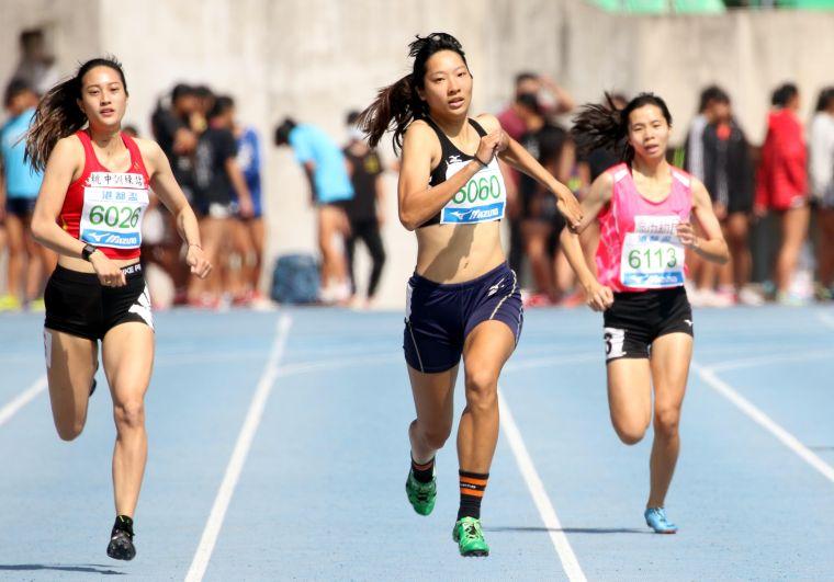 公開女子400公尺冠軍國立臺灣體大林玉婕(中)。林嘉欣/攝影。