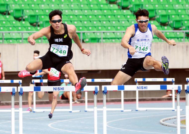 陳傑(左)在田徑亞錦賽男子四百跨欄奪銀。資料照片林嘉欣/攝影。
