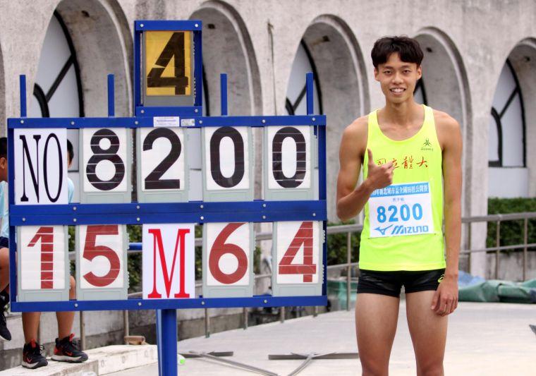 公開男三級跳遠決賽,國立體育大學陳駿霖15.64破大會。林嘉欣/攝影。
