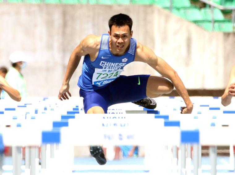 陳奎儒在港都盃田徑賽再出發,以14.37破大會。林嘉欣/攝影。