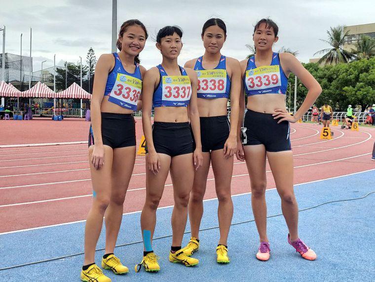 楊睿萱(左)和隊友聯手拿下1600公尺接力金牌。鍾登傑/提供。