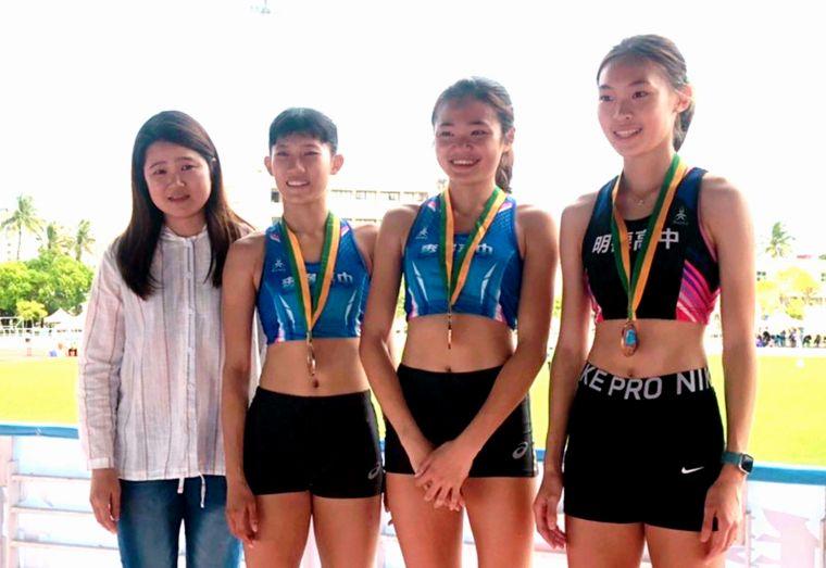 楊睿萱(右二)在全國中等學校田徑錦標賽三破大會奪四金,大會特別請到場為她加油的楊媽媽(左)擔任高女400公尺跨欄頒獎人。林進福/提供。