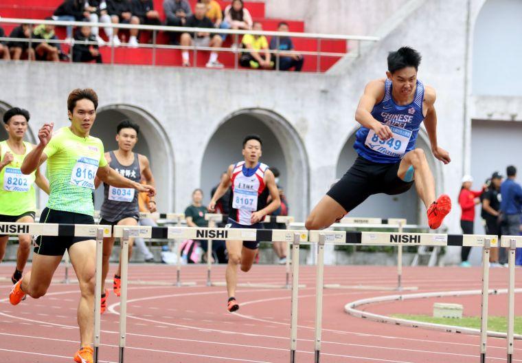 公開男400公尺跨欄決賽,EALI 伊利運動張宸與(左)52.50封王,奧運培訓隊彭名揚(右)第二。林嘉欣/攝影。