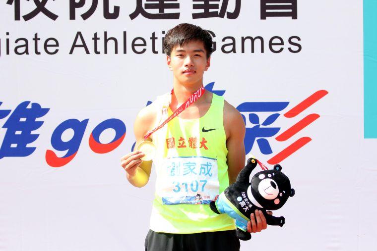 國立體大劉家成以2公尺03在109年全大運一般男跳高破大會奪金。林嘉欣/攝影。