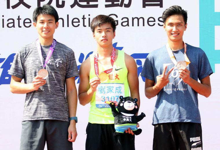 國立體大劉家成(中)以2公尺03在109年全大運一般男跳高破大會奪金。林嘉欣/攝影。